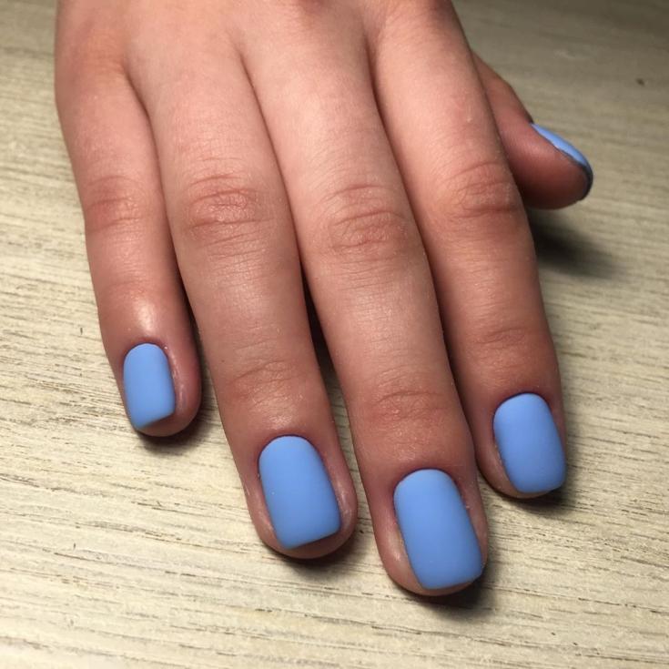 Голубой матовый маникюр