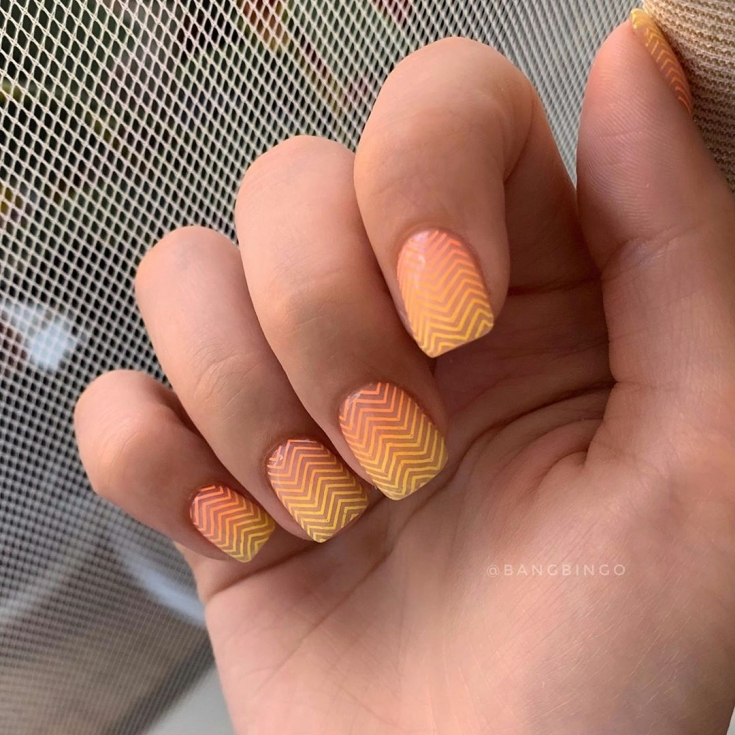 Неоновый маникюр на короткие ногти