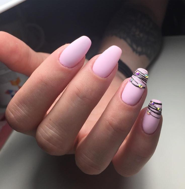 Розовый длинный маникюр