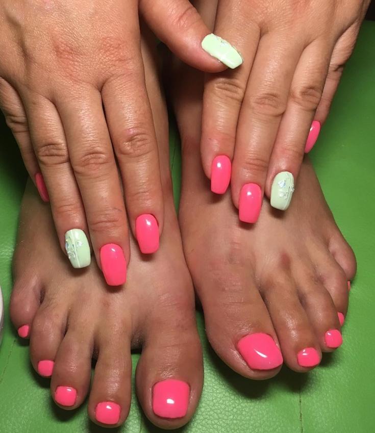 Розовый мятный маникюр