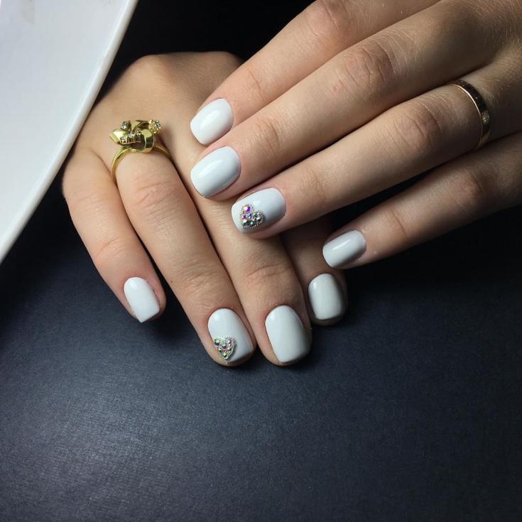 Белый короткий маникюр