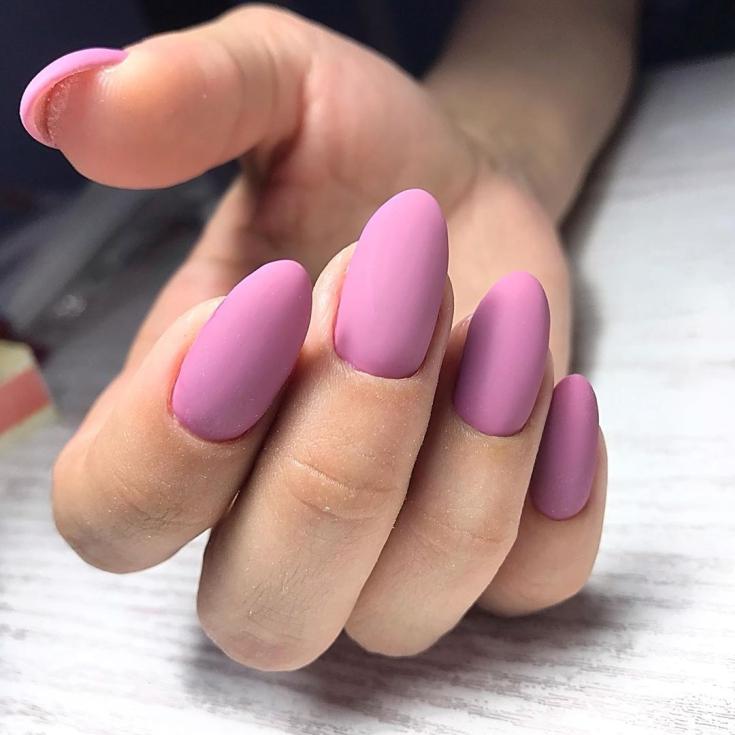 Розовый матовый маникюр