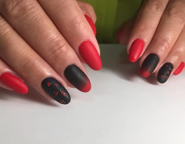 Красный длинный маникюр