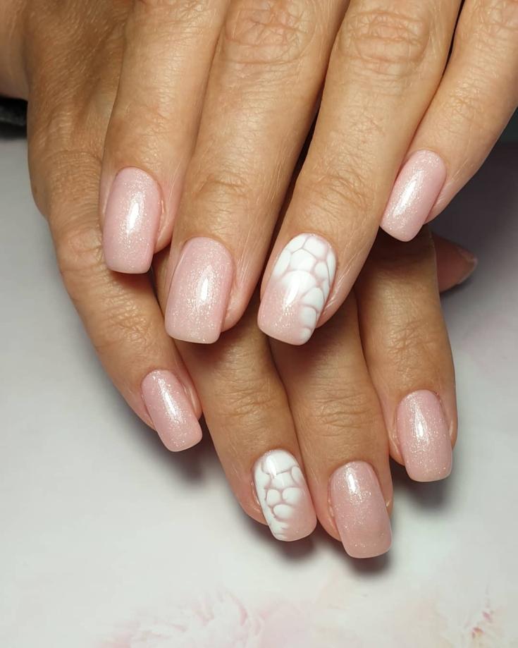 Розовый перламутровый маникюр на квадратные ногти средней длины с белым акварельным рисунком на безымянных пальцах