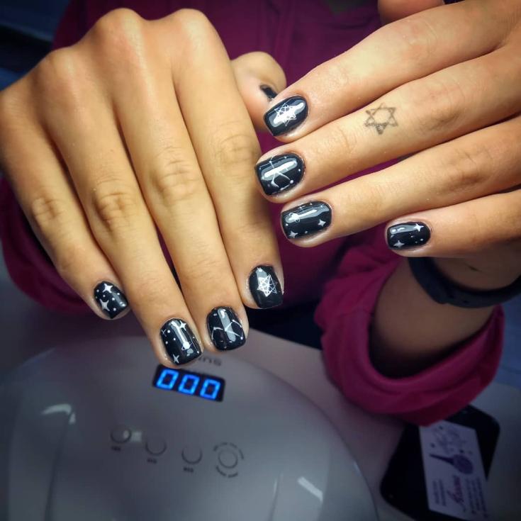 Черный маникюр на короткие квадратные ногти с рисунками и наклейками созвездий и звёзд