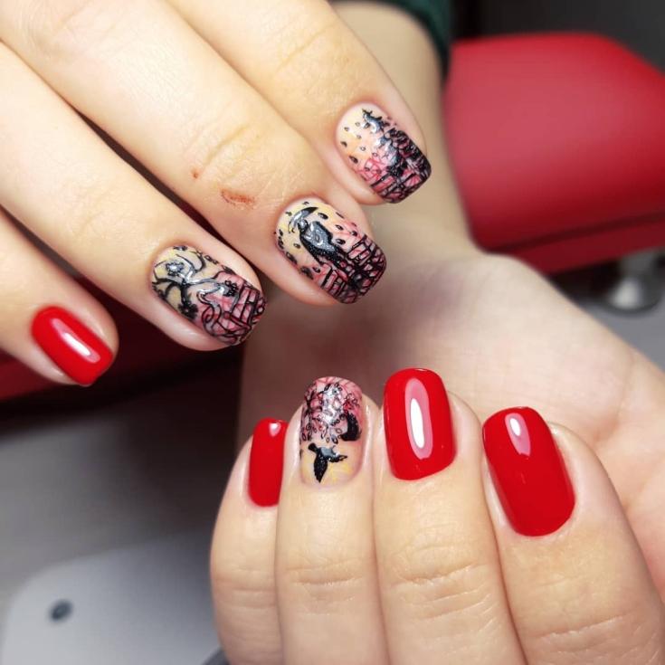 Красный маникюр со слайдерами на осеннюю тематику с влюблённой парой и каплями дождя на короткие квадратные ногти