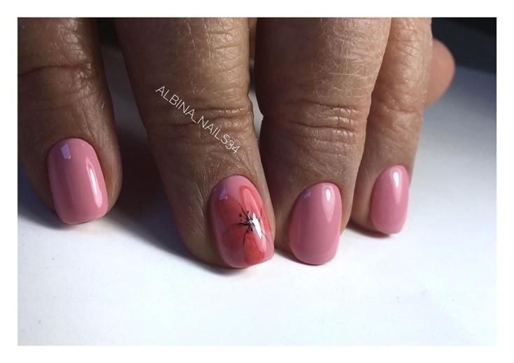 Розовый маникюр короткий квадрат с красным цветочным рисунком на безымянном пальце