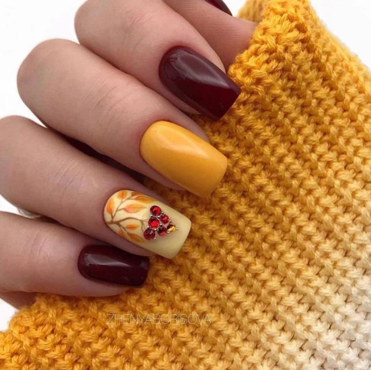 Осенний бордовый с желтым маникюр на средние квадратные ногти с рисунком веточки рябины и объёмными ягодами-стразами