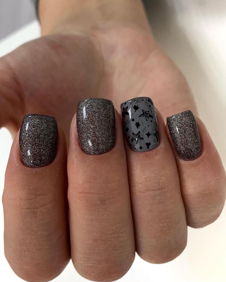 Серый с черным маникюр квадрат с глиттером и черными звездами на безымянном пальце