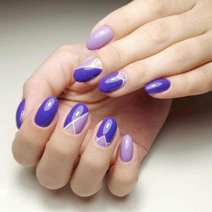 Сиреневый с фиолетовым маникюр на короткие овальные ногти геометрия с белыми контурами и выделенной лункой