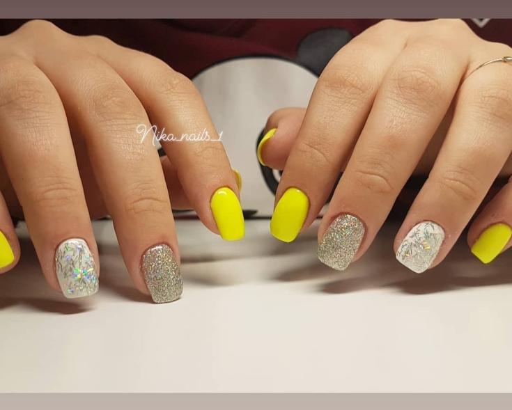 Желтый с серебристым и белым праздничный маникюр квадрат на ногти средней длины с глиттером и серебристыми полосочками