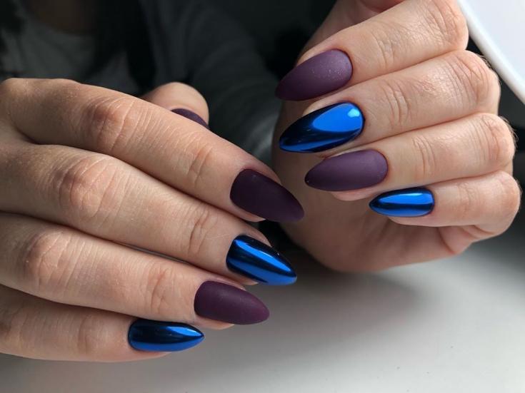 Синий зеркальный с матовым фиолетовым маникюр на длинные острые ногти