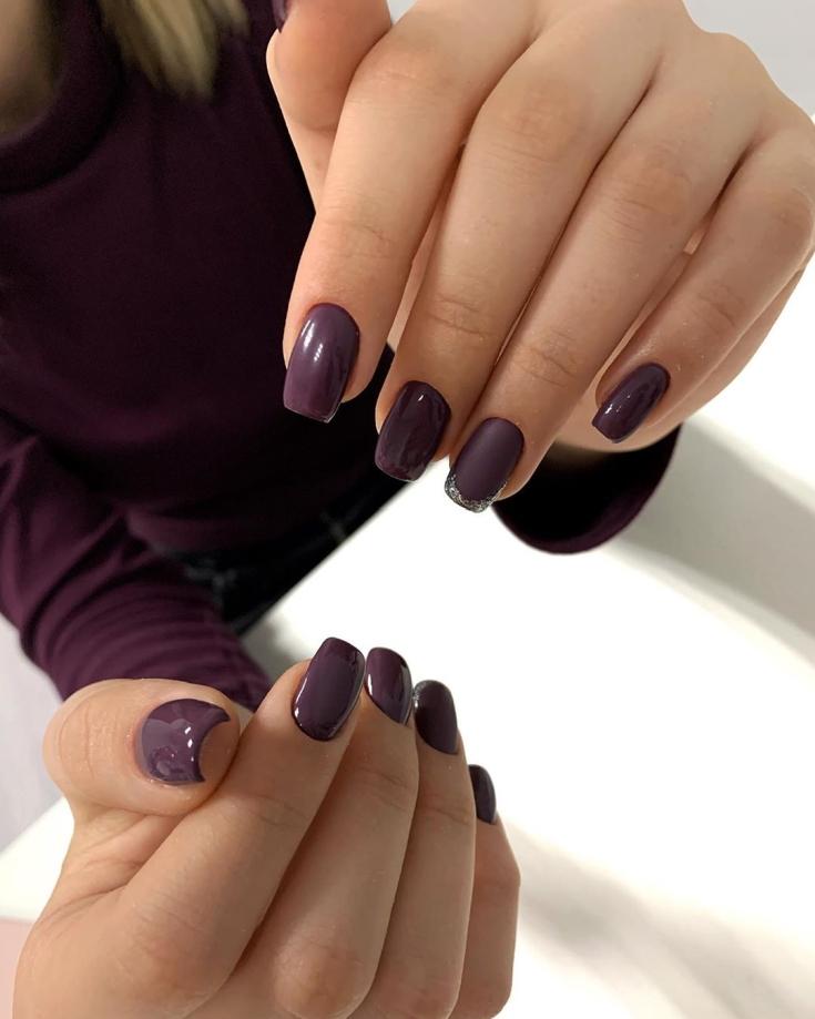 Темно-бордовый однотонный маникюр длинный квадрат с серебристой улыбкой и матовым покрытием на безымянном пальце