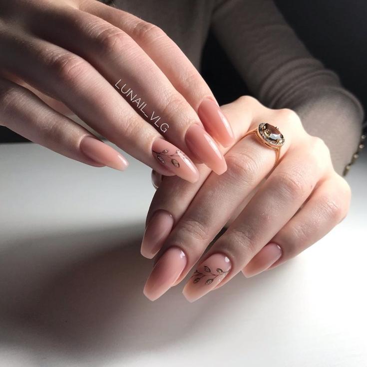 Нежный нюдовый маникюр балерина на длинные ногти с рисунками веточек на безымянных ногтях