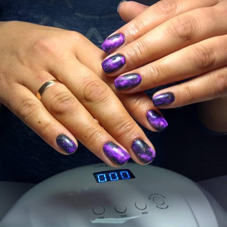 Космический маникюр фиолетово-черного цвета на короткие квадратные ногти с блестками