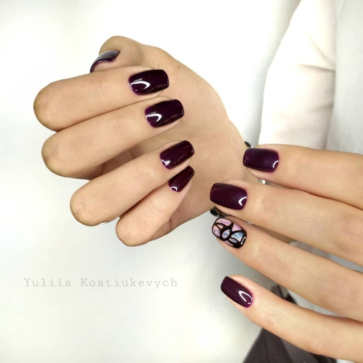 Бордовый маникюр на короткие квадратные ногти с акварельным дизайном на безымянном пальце