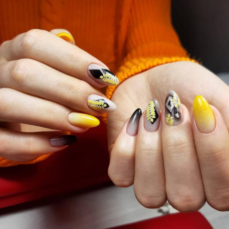 Трехцветный маникюр градиент на длинные миндалевидные ногти с геометрическими рисунками и веточками