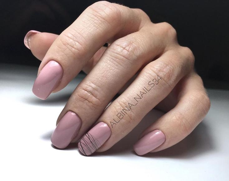 Бежевый квадратный маникюр на длинные ногти с черными паутинками гель-лака на безымянных пальцах