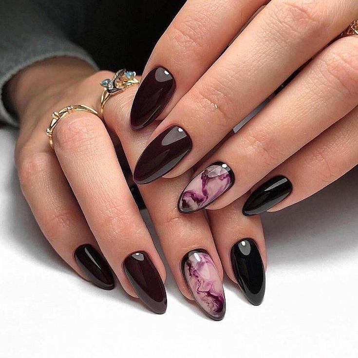 Бордовый маникюр на длинные миндальные ногти с рамочным акварельным дизайном на безымянном пальце