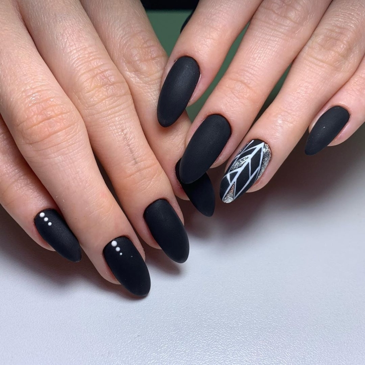 Красивые ногти с дизайном белый френч и с рисунком