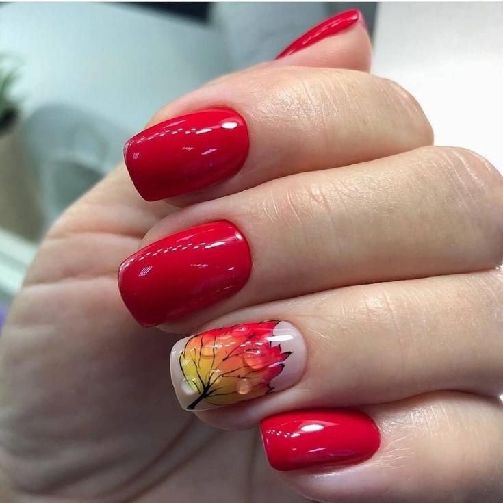 Красный маникюр на квадратные короткие ногти с каплями дождя и рисунком осеннего листочка на безымянном
