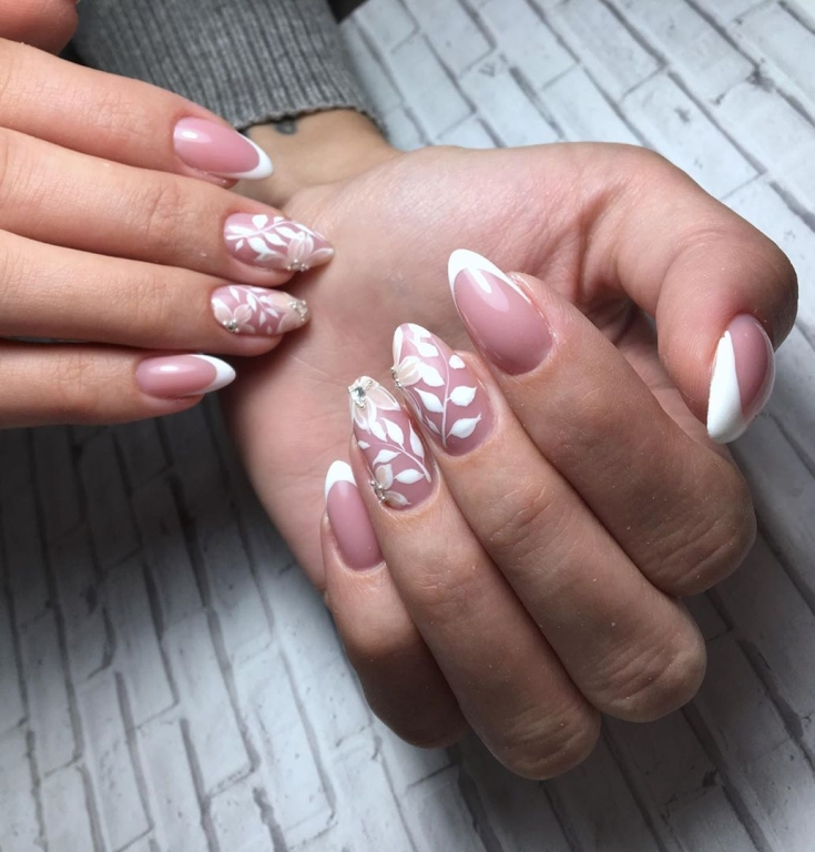 Маникюр нюдовый с белым френч на миндальные ногти с цветочными рисунками и стразами на двух ногтях