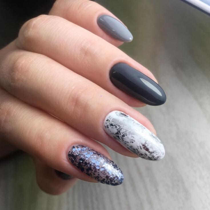 Миндальный маникюр в серых осенних цветах с серебристой фольгой и блестками