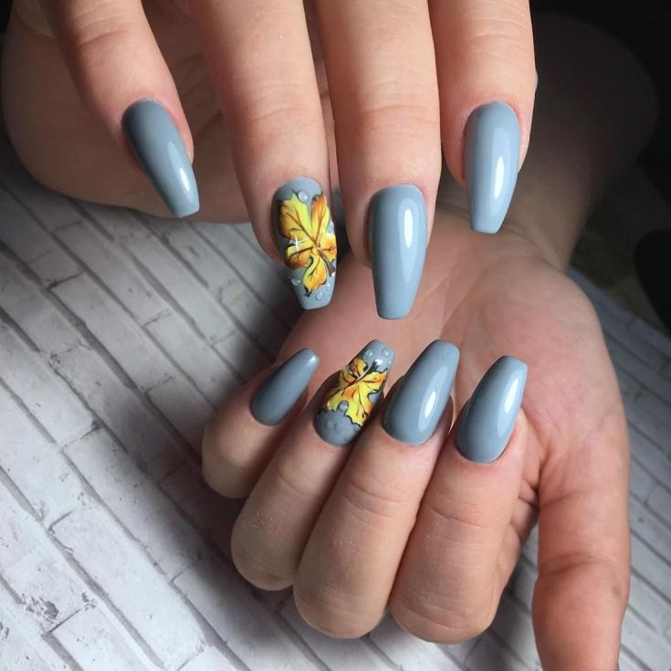 Однотонный серый маникюр осень на ногти формы балерина с каплями дождя и рисунками листочков на безымянных ногтях