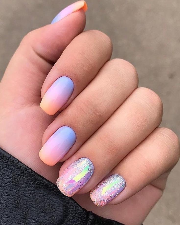 Оранжево-голубой маникюр градиент на квадратные ногти с блестками и битым стеклом на двух ногтях