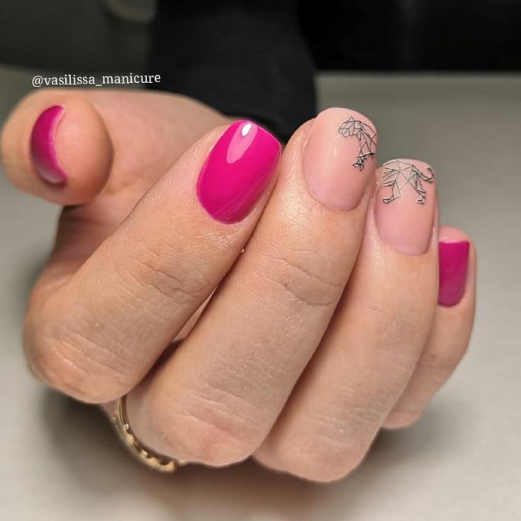 Розовый с нюдовым маникюр на короткие квадратные ногти с геометрическим рисунком пантеры идущей по ногтям