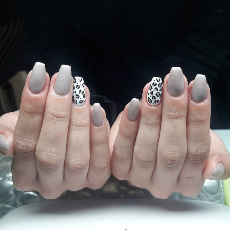 Серый маникюр на форму ногтей балерина средней длины с леопардовыми пятнами на белых безымянных ногтях