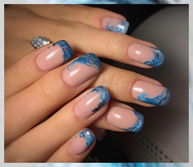 Сине-голубой акварельный френч с блестками на квадратные ногти средней длины