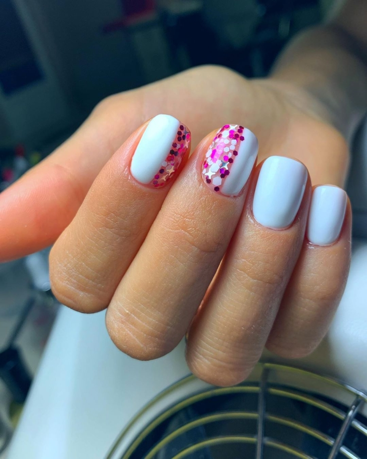 Светло-голубой маникюр на короткие квадратные ногти с розовыми и белыми пайетками на двух ногтях