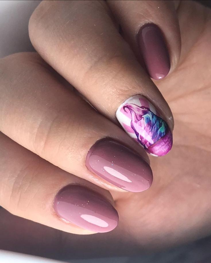 Темно-бежевый маникюр на короткие овальные ногти со слайдером на безымянном пальце с рисунком мороженого