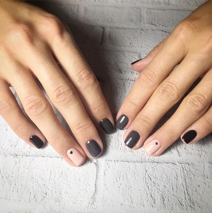 Трехцветный маникюр на короткие квадратные ногти с точками на безымянных пальцах
