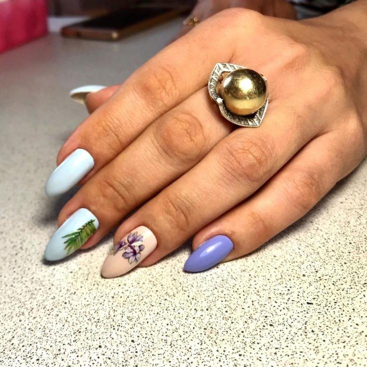 Трёхцветный маникюр миндаль на длинных ногтях с тропическими рисунками