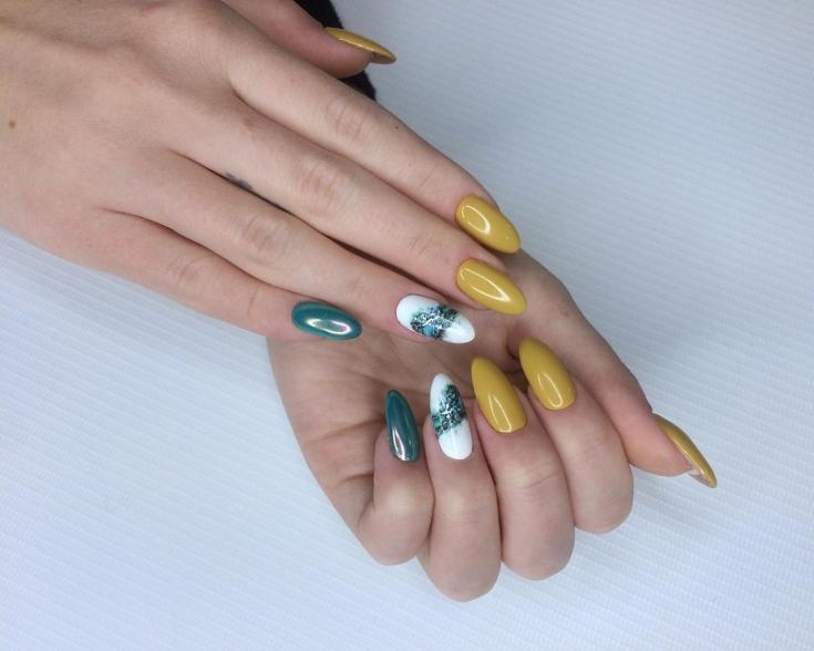 Желтый с зеленым осенний маникюр на миндальные ногти с втиркой и акваирумным дизайном на белых ногтях
