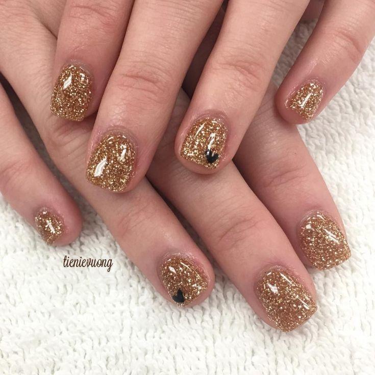 Дизайн блестками на короткие ногти