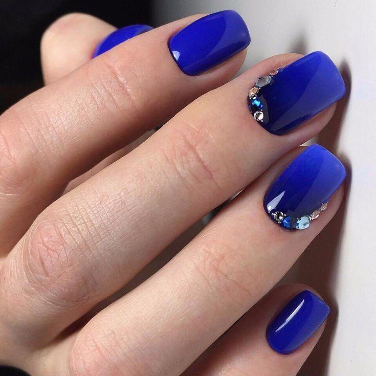 Маникюр синий с цветами и стразами
