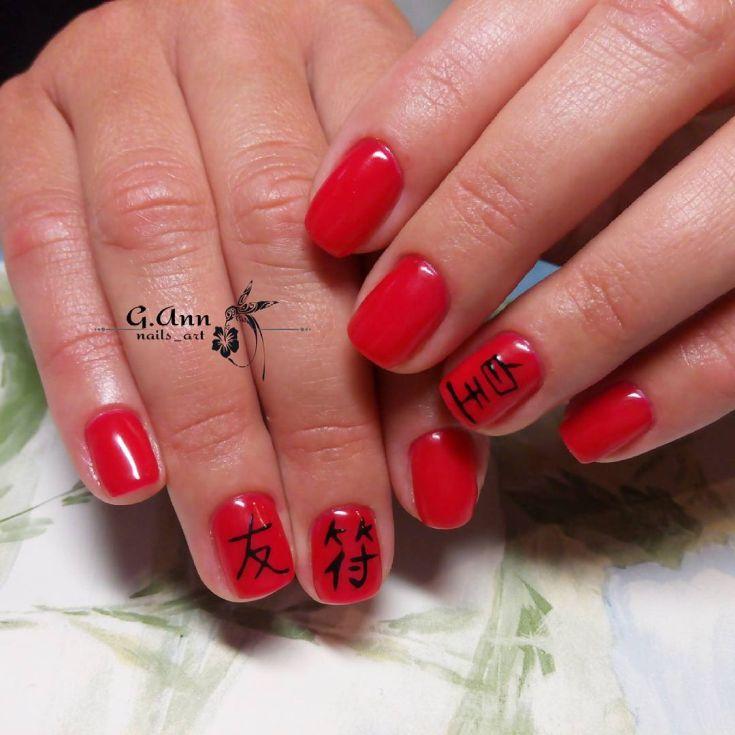 Красный маникюр с иероглифами