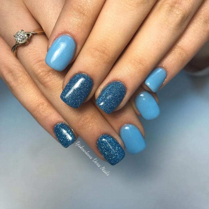 Голубой маникюр с блестками фото